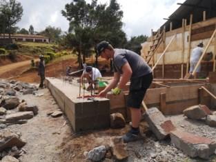 Studenten renoveren schooltje op flank van Kilimanjaro