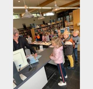 Bus brengt scholieren van Bunsbeek naar de bibliotheek