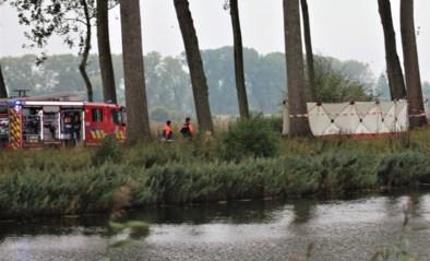 Wagen brandt uit na crash tegen boom: bestuurder overleden