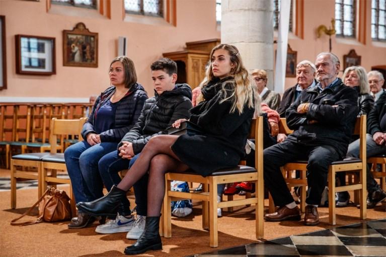 Cameron Vandenbroucke onthult gedenkplaat voor haar vader Frank VDB na herdenkingsmis