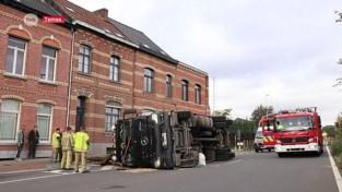 VIDEO. Vrachtwagen kantelt en verliest lading aan viaduct in Temse
