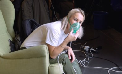 Kat Kerkhofs moet met stemproblemen aan de inhalator