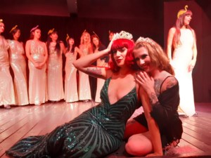 Zoe Bizoe scoort hattrick op internationale burlesquefestivals