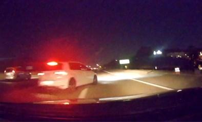 Bestuurder slaat uit het niks rechts af en veroorzaakt spectaculair ongeval