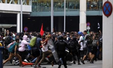 Boze Catalanen blokkeren wegen en luchthaven van Barcelona, politie gebruikt traangas en rubberkogels