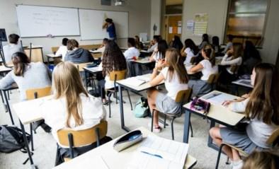 Leerkracht geeft vier leerlingen van 15 en 16 jaar een opmerking over hun gedrag, even later wachten ze hem op