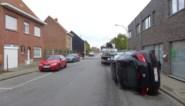 Vrouw knalt op geparkeerde auto's: drie verpleegsters delen in de brokken