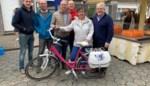 Carmen De Vos wint fiets op kermismarkt Petegem