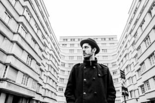 """Gentse rapper zoekt zijn weg in Brussel: """"Hier kan je in je blootje rondlopen zonder opgemerkt te worden"""""""