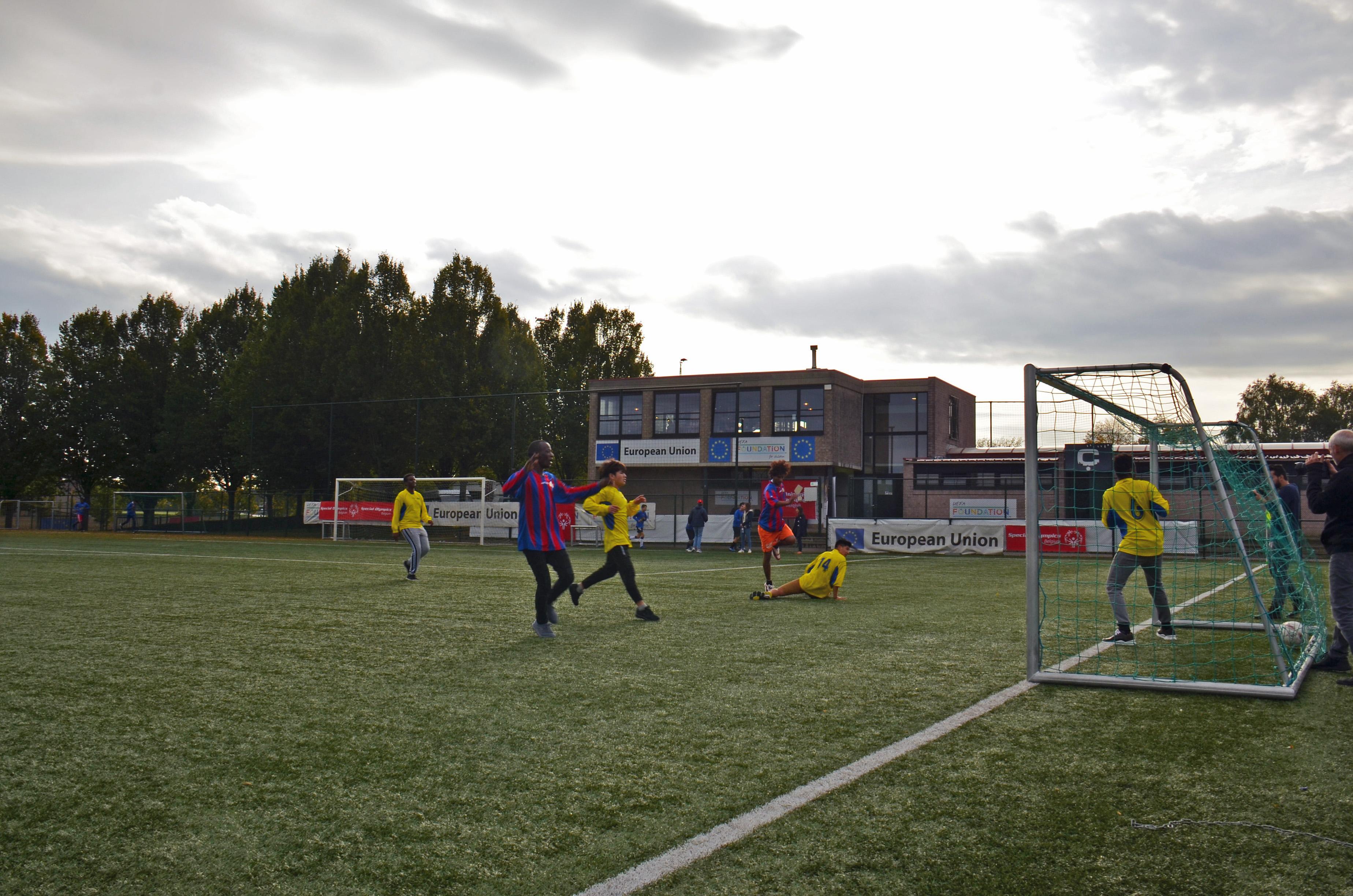 FOTO. Vluchtelingen en Special Olympics-atleten spelen een voetbalmatch voor meer inclusie