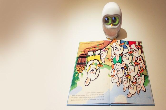 Uitgever stelt voorleesrobot voor: een uiltje dat verhaaltjes vertelt met de stem van oma