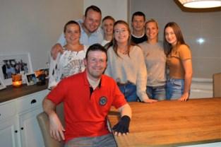 """Half jaar nadat hij zwaar verbrand raakte organiseert Tom (38) benefiet voor brandwondencentrum: """"Wist meteen dat ik ooit iets wou terugdoen"""""""