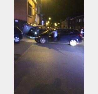 Spectaculaire crash eindigt op dak wagen