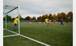 Atleten Special Olympicsen vluchtelingen spelen voetbal in zijn puurste vorm