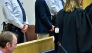 """Emotionele getuigenis van dochter tijdens proces tegen Beaumont: """"Mijn vader, die smeerlap, heeft ons alles afgepakt"""""""