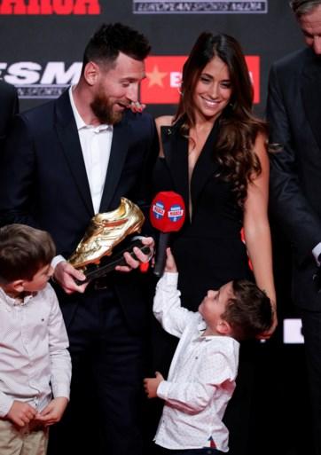Lionel Messi neemt zesde (!) Europese Gouden Schoen in ontvangst, maar het is zijn zoontje dat de show steelt