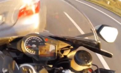 Motard knalt met extreem hoge snelheid tegen auto die plots voor hem opduikt