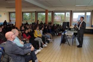 Alexander De Croo geeft les over VN in zijn vroegere school