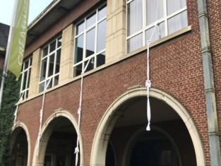 Oproep om geknoopt laken uit het raam te hangen