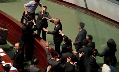 Regeringsleider van Hongkong Carrie Lam opnieuw onderbroken in parlement door oppositie