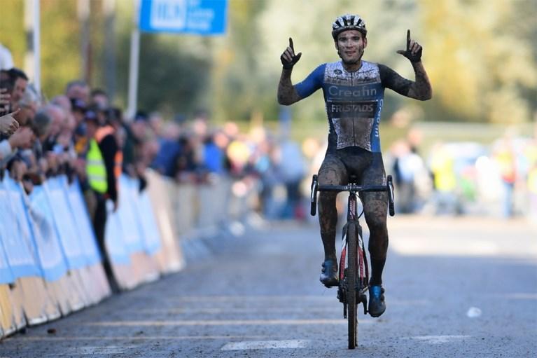 """Gianni Vermeersch wint modderige Kermiscross in Ardooie, voor Pidcock en de heroptredende Merlier: """"Dit geeft vertrouwen"""""""