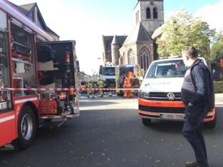 Vrachtwagen rijdt over benen van vrouw na dodehoekongeval
