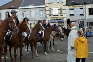 Paarden, ruiters en huisdieren met zegen van Sint-Hubertus