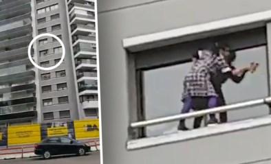 Levensgevaarlijk: poetsvrouw kuist ramen op zesde verdieping van appartement zonder enige beveiliging