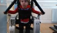 """Dankzij 3.000 dozen wafels kan kleine Runar (3) leren stappen met een robot: """"Hij is een echt vechtertje"""""""