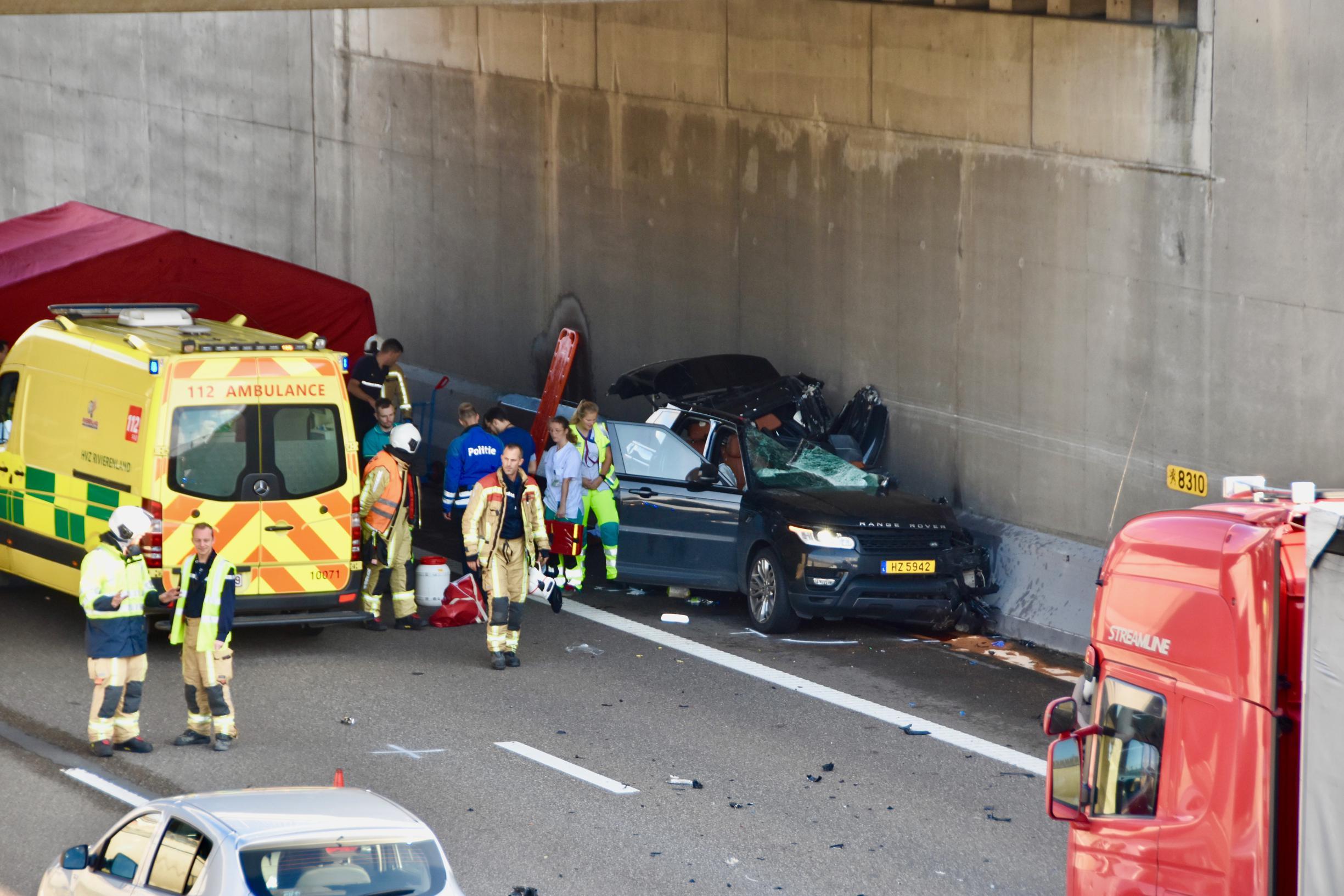 Wéér rijdt auto in op file A12: bestuurder overleeft klap niet