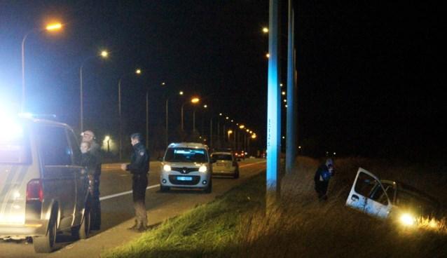 Wagen crasht tijdens achtervolging, inzittenden slaan op de vlucht
