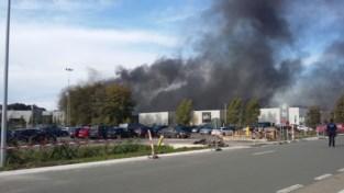 """Enorme rookpluim door industriebrand bij Recticel: """"Hou ramen en deuren gesloten"""""""