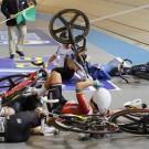 Kopecky (op haar buik vooraan) kwam onder een fiets terecht.