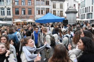 FOTO. Halse jeugdraad trakteert leden van jeugdbewegingen op 'bokes met choco'