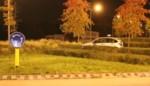 Oeps! Bejaarde 'parkeert' zijn wagen op rotonde
