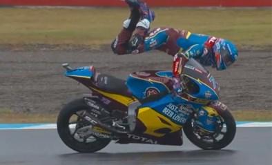 Broertje van MotoGP-wereldkampioen Marc Marquez wordt bijna van zijn motor gekatapulteerd, maar weet op miraculeuze wijze recht te blijven