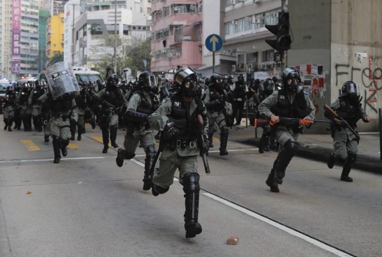 Politie verbiedt nieuwe betoging in Hongkong, maar duizenden inwoners komen toch op straat: veel vernielingen en onrust