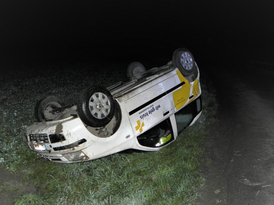 Bestuurster verliest controle over wagen en belandt op dak: vrouw komt met de schrik vrij