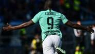 Romelu Lukaku leidt Inter naar de zege met twee goals, spektakelmatch opgeschrikt door landende parachutist