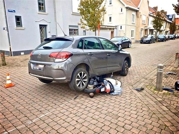 Brommer belandt onder personenwagen