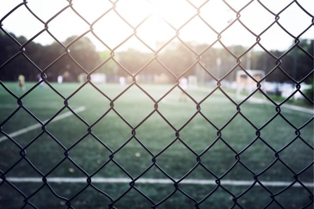 Politie opent onderzoek naar groepsverkrachting van 13-jarig meisje aan voetbalveld