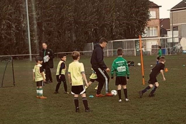 Profvoetballer traint Zelzaatse U9