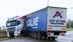 Truck in schaar op afrit E17: brandstoftank gelekt