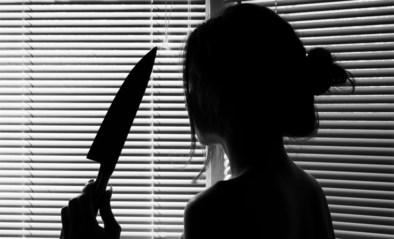 Vrouw steekt vriend neer nadat ze bewijs van overspel op z'n gsm vindt: 18 maanden met uitstel