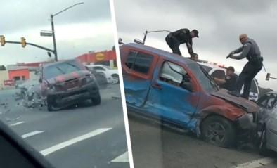 Automobilisten opgeschrikt door zware crash aan kruispunt na politieachtervolging
