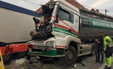 Grote ravage na spectaculair ongeval met twee trucks, ook twee woningen delen in de klap