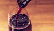 """Dit jaar staat er alcoholvrije wijn op de feesttafel, maar onze wijnkenner is duidelijk: """"Giet die rommel door de gootsteen"""""""