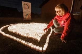 """Mama herdenkt dood van gepeste zoon (19) met honderden kaarsjes: """"Na jarenlange pesterijen nam Mathias de trein naar niemandsland"""""""