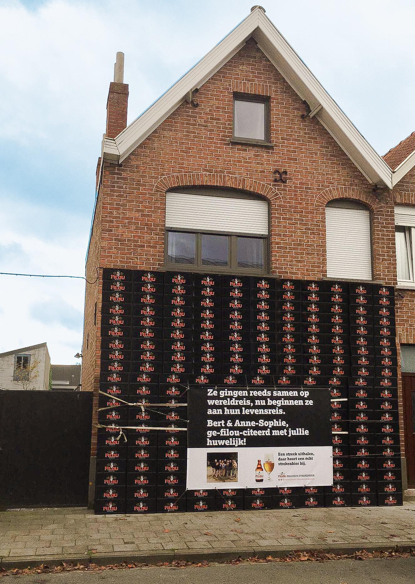 Vrienden zetten muur van Filou voor woning pasgetrouwd koppel