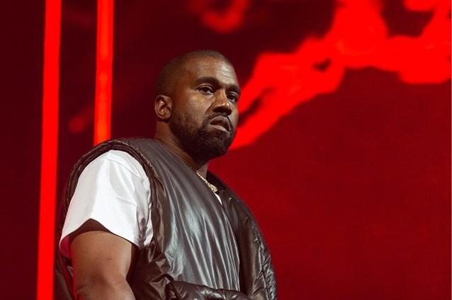 Kanye West doet het weer en pakt uit met bizar schoeisel